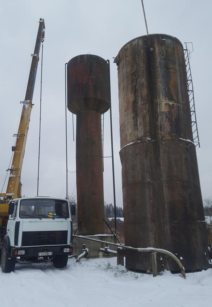 Опускание промышленного насоса на металлических трубах