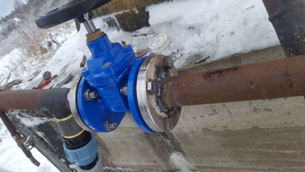 Врезка тройника в действующую систему водоснабжения и подключение к актоматике